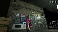 スプラトゥーン2のオクト・エキスパンションについての質問です。 深海メトロ中央駅にある自販機が画像のように明かりもついてなくて使えない状態なんですが、自販機が使えるようになるのはストーリーをクリアした後なんでしょうか? まだオクト・エキスパンションを始めたばかりで、調べても全然分からなくて…