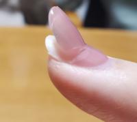 [至急]ネイルチップで長さ出しについて 長さ出しを希望なのですが いいなと思ったサロンがネイルチップでの長さだしと書いてありました。  その場合は、自爪から伸びしたい部分だけを チップで付けるのでしょうか? 昔のセルフネイルのように自爪の上から 長いネイルチップを付けるような形なのでしょうか?  お店にもよるかと思いますが 一般的なご意見お聞かせいただけると嬉しいです。  また、前回のお店が...