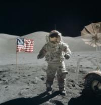 アポロ11号の月面着陸疑惑の関する質問です。 TVでアポロ11号の月面着陸は捏造だとするTVとか昔やっていましたね。 その根拠の1つに月面に立てた旗が揺らいでいるというのがありました。 私は月面着陸自体が捏造かと思っていたのですが、11号以降も成功しており合計6回も月面着陸しています。仮に11号が捏造だとしてもそれ以降の5回が事実なら問題ない気がします。 それと11号の着陸映像で「旗が揺らい...