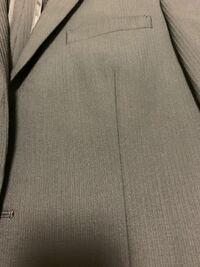 就活用のスーツについて伺いたいのですが、以下のようなスーツは就活時に着ても大丈夫なのでしょうか? あすかに縦線が入っているようなデザインです。