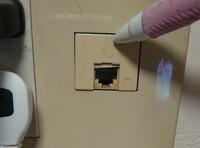 ドコモ光の開通を考えているのですが画像にあるコンセント穴はLANケーブル通るのでしょうか? もし無理な場合は開通工事の時に改めて開けてもらう必要がありますよね? 光回線は初めてなので分かる方教えてください。
