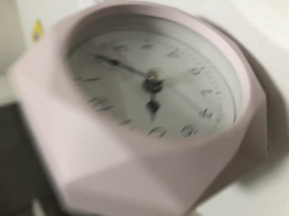 ニトリで購入した時計なのですが、説明書をなくしてしまいました。 どこにどのようにして電池を入れたらいいのかどなたか教えてください