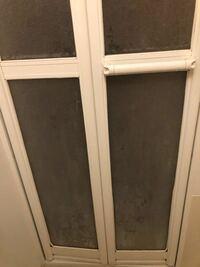 こういう白い汚れは何で落ちますか? 昨日ドア外して掃除したのに白いです