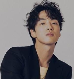 韓国俳優のキムジョンヒョンさんは、韓国ではどのくらい人気ですか? 日本人で例えると誰くらい知名度や人気度ありますか?