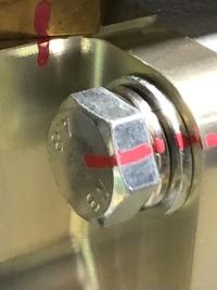 ボルトの表面処理  写真のボルトは3価クロメート処理でしょうか? 分かりましたら教えて下さい。 磁石でくっ付きます。 宜しくお願いします。