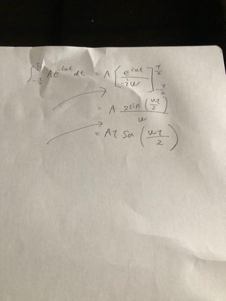 矢印の間にあるべき式が抜けていてなんでこんな答えになるのか分からないので教えていただきたいです