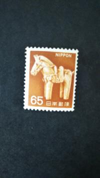 切手にお詳しい方に質問です。 「エラー切手」という言葉をよく聞きますが 定義がよく分かりません。 (エラーの部分が指す範囲?)  画像のものはエラー切手(印刷ズレ)に入るのでしょうか? (絵柄が右方向によっております。)