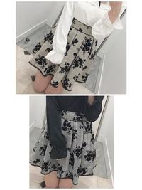 2つのスカートだったらどちらの色が良いと思いますか? ずっと悩んでるんです(。• ︿• 。)  ちなみに骨格ウェーブのブルベ夏です。