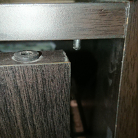 食器棚の扉が壊れてしまい、部品を探しています。 食器棚本体・扉の両方に穴が空いていて、その間に部品を入れて繋いでいたようです。 上下どちらかは分かりませんが、バネも部品でついていました。 食器棚は山善...