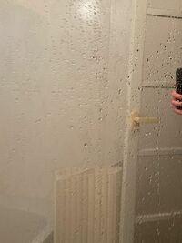 助けて、風呂の鏡がおかしい!!! 画像のように、洗っても洗っても 水滴が止まって、鏡が見えにくくなってしまいます。  水垢とかの問題ではないと思っていて、 水が下まで落ちるようにしたいです。  お掃除のプ...