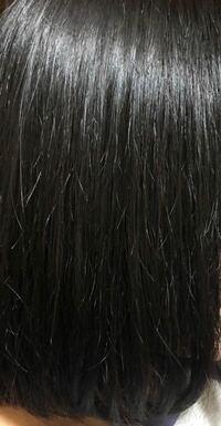 髪の毛がチリチリしてしまうのは何故でしょうか? 普段、トリートメントなどしっかりしていて髪の毛はサラサラしているのですが、1本ずつ毛が外にはねてしまって見た目が綺麗ではなくなってしまいます。  写真は...