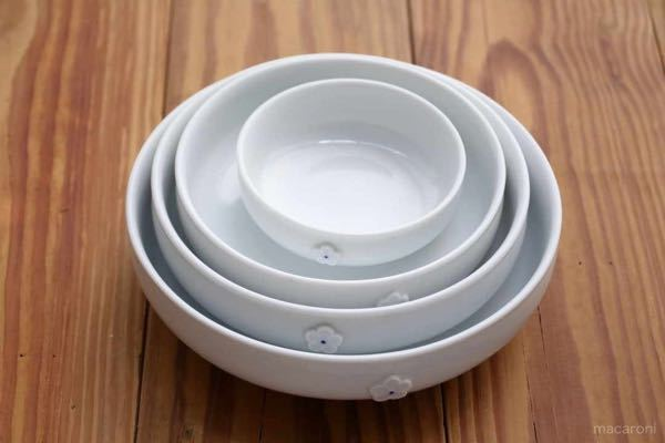 韓国の食器はステンレスもありますが どうして横に大きく浅いものが多いのでしょうか? 白いのはきっと赤い料理が多いからですよね?