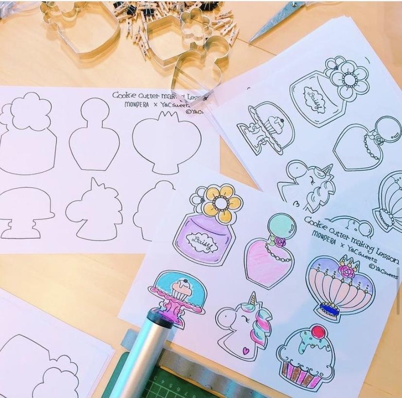 3Dプリンターをかったので オリジナルのクッキー型などを作りたいなぁと思ってるのですが、 デザインとかのイラストで 画像のような、イラストは どうやって書くのですか、、? 手書きっぽいのになぜ左右対称になっているのですか? 初心者すぎる質問ですみません。 左右対称に見えるだけですか...? イラストを描いている方は どのようにして描いているのか わかる方教えてください。