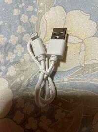 ワイヤレスイヤホンを買ったら写真のケーブルがついてきました。 iPhoneの充電器と同じに見えますが、iPhoneの充電器で充電できるんですか?