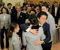 安倍前首相が浅田真央に思わずハグしてしまったのは、ネットでの「安倍晋三浅田真央激似」騒動を知っていて、 親近感が湧いていたからでしょうか?