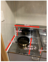 ガスコンロの幅の選び方と防熱板の必要性について教えてください。 築50年近い古い賃貸マンション(一応リノベ済)に住み始めたんですが、ガスコンロ設置場所(幅61cm弱)の左側が壁に隣接しており、幅60cmのガスコンロを置いて壁が焦げないか心配です。 ※写真にコンロ設置場所の現場と寸法を記載してます  幅が広い方が調理しやすそうなので幅60cmの製品にしたいのですが、防熱板を付ければ設置し...