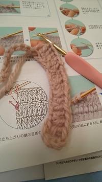 長編みの練習をしていたらなぜか曲がってしまいました。これを防ぐにはどうしたらよいでしょうか…教えてください!