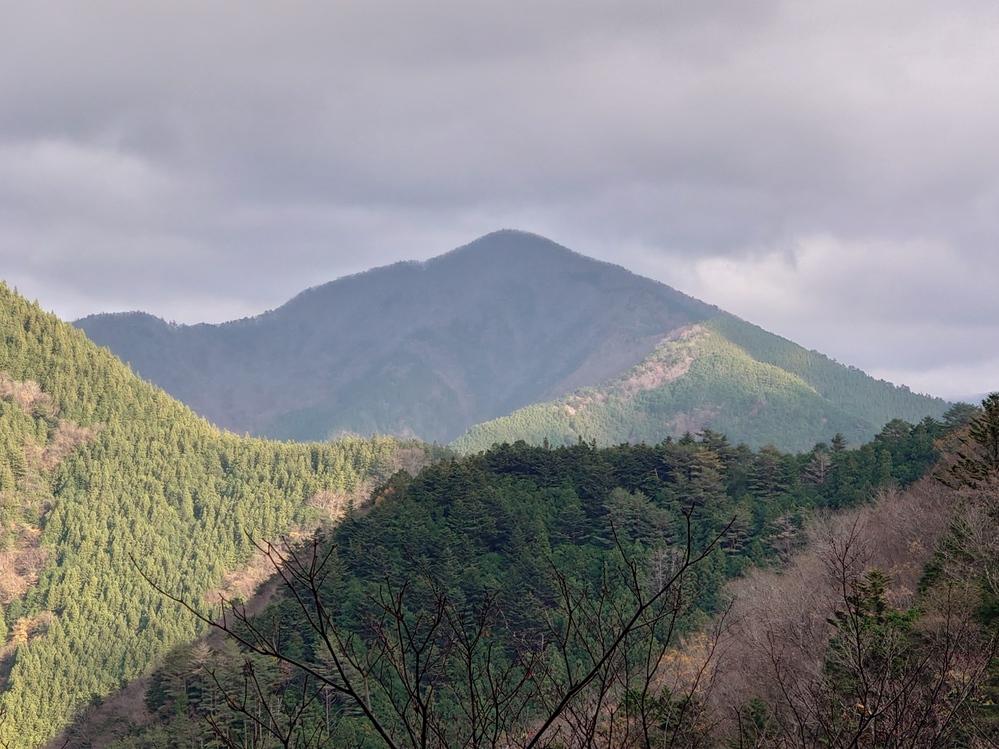 静岡県 寸又峡の夢の吊り橋に向かう途中 トンネルまで行かない所で右手に見える 画像の山の名前が知りたいです。 よろしくお願いします。