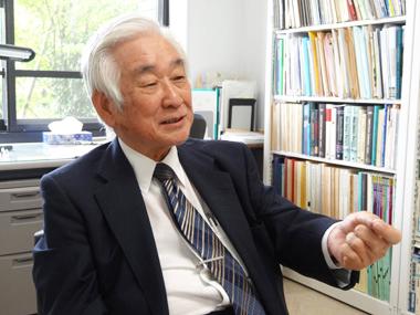 ノーベル物理学賞の益川先生が英語がしゃべれなくてもなんとかなるって言ってるんですがそう思いますか? 日本国内だけで通用している文系の学者ならばまだしも 理系でノーベル賞を取って国際的に認められた...