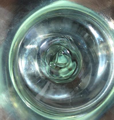 家にあったお気に入りのワイングラスなのですが、台座の下にロゴが付いてありました どこのメーカーかご存知の方がいらっしゃいましたらぜひ教えて下さい
