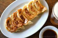 餃子を食べる時、貴方は 酢醤油とラー油をかけますか? 特性餃子ソースをかけますか? ラー油だけかけますか? 酢醤油をかけますか? それとも、何もかけずに食べますか?