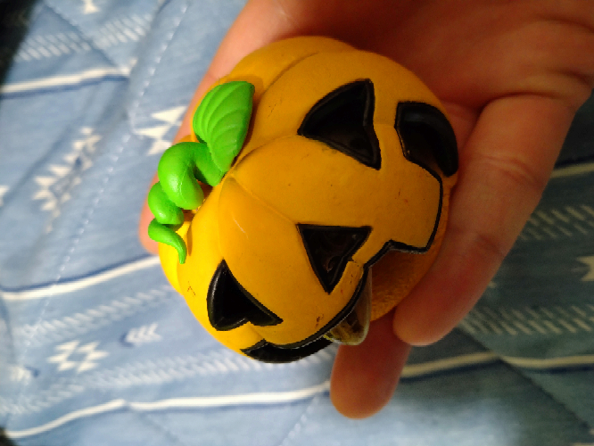 このかぼちゃの入れ物を探しています。 犬のフィギュアとセットになっていた記憶があります。 かぼちゃの他には、木やグローブがあります。 ガチャガチャか、お菓子売り場に置いてある500円くらいのおも...