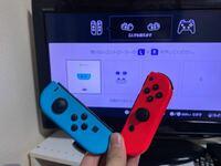 ニンテンドースイッチのジョイコンについて質問です 写真の通り青色は横持ちに反応するんですが 赤色は横持ちに反応しません  しかし、赤と青2つの縦持ちは反応します  解決法はありますか??  もしくは黙って買...