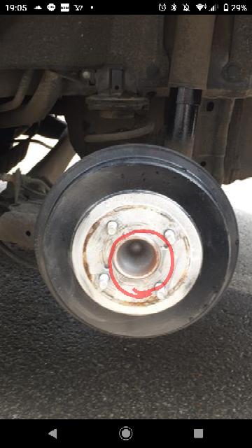 ドラムブレーキのこの中心の赤丸部分が錆まっくてます 原因はなんでしょうか? 後赤丸のとこにホルツの錆転換剤を塗ってブラックの塗料をぬっても大丈夫ですか?