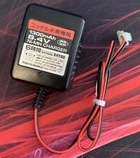 サバゲーで使うバッテリー関連の質問です。 画像の物は、5年ほど前に買ってずっと置きっぱなしにしていたものです。 近々SOPMODバッテリーを購入予定でして、充電の際にこの充電器は使えるのでしょうか 流石に新しく買い替えたほうがいいのでしょうか こちら東京マルイさんのページを見たところ生産が終わっているようでして…  それと画像の充電器をコンセントに刺してもランプが光りません 壊れてしまってい...