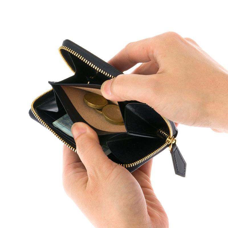 女性の方に質問です。 写真のような財布って印象良くないですか?チマチマしてますか?