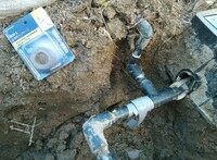 漏水テープ、カクダイの使えません。 くっつかないし漏水したままだし、レクターシール練って臭い思いして粘土はりしたのに全然ちがうところから漏水してました。 写真もあげてたのに、誰も気づきませんでした。 どうするんですか。 ガス管邪魔すぎです。水道メーターまで、公給水管は可とうメタルホースなので、場所移動できます。どこにすればいいんですか。 駐車場の排水管も下通るし、もっと配管考えて普通家建てま...