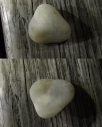 鉱物に詳しい方に質問です。 海岸によく、結晶化仕掛けた?ようなまだら模様に半透明になった石英が落ちています。 どれくらい結晶化するとカルセドニーと呼んで良いのでしょうか? 写真のもの程度の部分的だと...
