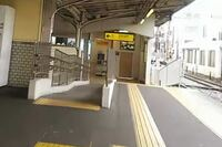 これってなんで仕切られてるんですか?とある駅のホームで、曲がるとすぐ改札があります。写真だと見えませんが、右側に階段とか一方通行の矢印とかはありません。