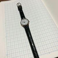 来年から大学生です。女です。女子大生がこの時計はおかしいですか?今年、受験のために母が買ってきてくれた時計で今使っている時計です。大学生は時計とかはブランドものを使っている人が多いイメージなので、...