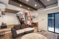 リビングにある柱についての質問です。 (大学1年で住宅の設計課題を行っています。)  ↓下の画像のように、リビングにある柱の寸法はどのくらいですか? 木造の柱ですと、105mm×105mmが一般的ですが、画像を見ると100×200くらいありそうです。 写真のような太い柱は、元々太い1本の柱なのか、細い柱を2本束ねているのかを知りたいです。