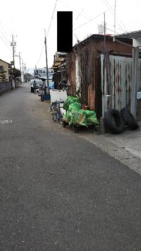近所に、道路を私物化しているおじいさんがいます。この道は、中学生の通学路でもあり、すごく邪魔だし、ゴミもこんな感じに置いてあります。市役所、警察、どこへ連絡すれば取り合ってくれますか?