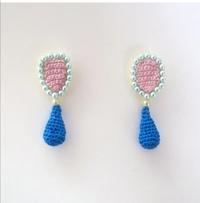 編み物に詳しい方よろしくお願いいたします。 これのピンクの部分はどのような編み方なのでしょうか? また、青いパーツとピンクのパーツはどのように接続させているのかも分かれば併せて教えていただいたいです。