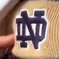 このDNというロゴはどこのブランドのロゴですか?