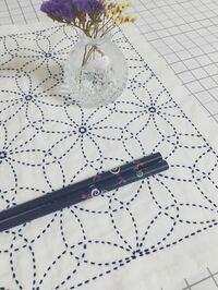 刺し子の花刺しの図案を描きたいのですが、写真のような図案はどのように描けばいいのかわからないです。分かる方描き方を教えて欲しいです。