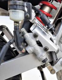 ブレーキマスター シリンダーのピストン交換をしようと思いますが 新しいピストンを入れる際 金属同士のカジりを防ぐ為にグリス塗布 シリコンスプレー吹き付けたまま組んだ後にブレーキフルード入れても 大丈夫ですか? ブレーキフルードと他の油脂類が混ざってしまいますが