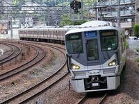 JR西日本の東海道線の新快速は、複々線になっている区間のところは京都線や神戸線では外側線を走りますよね? でも琵琶湖線の草津駅~京都駅間ではなぜ外側線ではなく内側線を通るのでしょうか? 外側線は貨物列車専用なのでしょうか?
