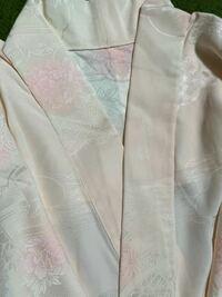 着物の長襦袢衿芯について メルカリで正絹の長襦袢を購入しました。 とてもお安く自分のサイズの物を購入する事ができました。 半衿は地紋のついた半衿(洗える)と、衿元から垂れ下がる衣紋抜きをつけてください...