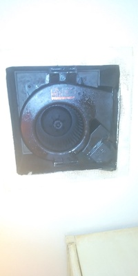 換気扇を掃除しようとしています。このタイプの換気扇の外し方を教えて下さい