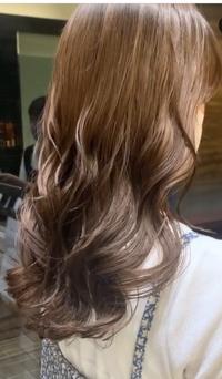 ロングヘアの巻き髪・パーマについて。 質問1:街でよくロングヘアで綺麗な巻き髪の人を見かけるのですが、ああいう方はパーマをあてているのでしょうか?それともコテで巻いているのでしょうか?(画像みたいな感じ) 私はパーマをあてる時に自分のイメージに近い画像を探して、持っていって美容師さんに見てもらってオーダーをするのですが、いつもイメージしている仕上がりとは違う感じになってしまいます。 質問...
