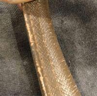 革に詳しい方お願い致します。 バッグの購入を検討しているのですが、持ち手部分にこのように多少の剥がれがある場合、ここからボロボロ落ちて剥がれてきたりしますか? 合皮ではない場合は大丈夫でしょうか?