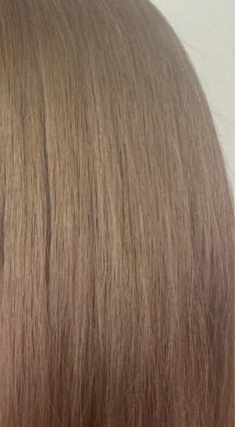 ※大至急※ 先日、美容院でミルクティーカラーにしてもらおうと思って行ったのですが、元の少し緑がかった髪色のせいかこんなグレーと緑が混じった髪色になってしまいました。 美容師さんからはすぐに髪色は落ちると 言われたんですけど、色落ちしたらミルクティーっぽくなるのでしょうか。 またあと3日シャンプーをし続ければ髪色は落ちるでしょうか、 写真より実際の方がもっとグレーです