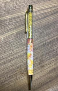 このボールペンの替芯や芯の替え方をご存知の方がいたら教えて欲しいです… 似たような形状のハーバリウムボールペンやスワロフスキージュエルボールペンなどの芯の替え方など調べましたが、どのやり方も合わず芯の替え方がどうしてもわかりません。  このペンは芯を変えて使い続けるのは難しいでしょうか?