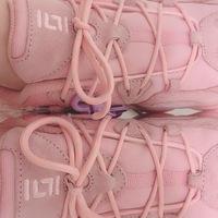 通販で購入した靴紐に黒い汚れのようなシミのようなものがついていて、ちょうど結ぶと結び目の真ん中に来て目立ちます。 これくらいで交換ってできるんでしょうか? ピンクの靴紐に真っ黒なのですごく目立ちます…明らかに靴で踏んだような色です。写真下側真ん中の黒いシミです。