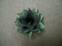 コサージュの作り方 男性用のコサージュ用にお花を作ったのですが、 これに何をつけたらいいかわかりません。 卒業式につけて行ってもらおうと思っています。 アドバイスをお願いします。 淡いグリーンのスー...