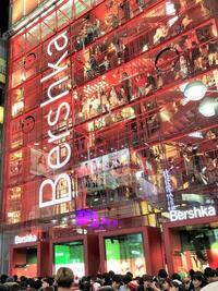 渋谷のBershkaって前はこんな感じて外で下から見上げたらJK達のスカートの中が丸見えでしたが今もなんですか? なぜかちょうど足元から上にライトアップされてて見事にスカートの中を明るく照らしてくれててパンチラどころかすごい丸見えでしたが。
